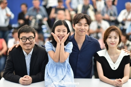 """(FromL) South Korean director Yeon Sang-Ho, South Korean actress Kim Su-an, South Korean actor Gong Yoo and South Korean actress Jung Yu-mi pose on May 14, 2016 during a photocall for the film """"Bu-San-Haeng (Train to Busan)"""" at the 69th Cannes Film Festival in Cannes, southern France. / AFP PHOTO / ALBERTO PIZZOLI"""