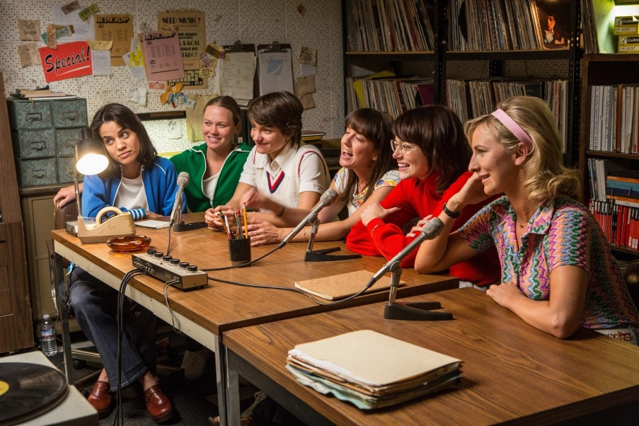 (From L-R): Natalie Morales, Ashley Weingold, Bridey Elliott, Martha MacIsaac, Emma Stone and Mickey Summer in the film BATTLE OF THE SEXES. Photo by Melinda Sue Gordon. © 2017 Twentieth Century Fox Film Corporation All Rights Reserved