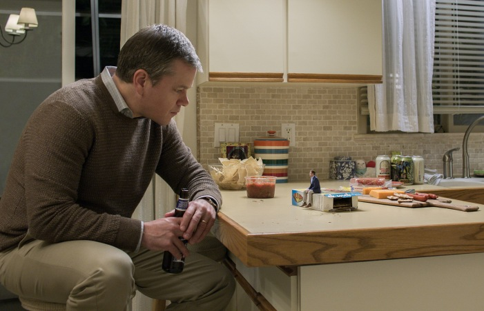 Matt Damon plays Paul Safranek and Jason Sudeikis plays Dave Johnson in Downsizing from Paramount Pictures.